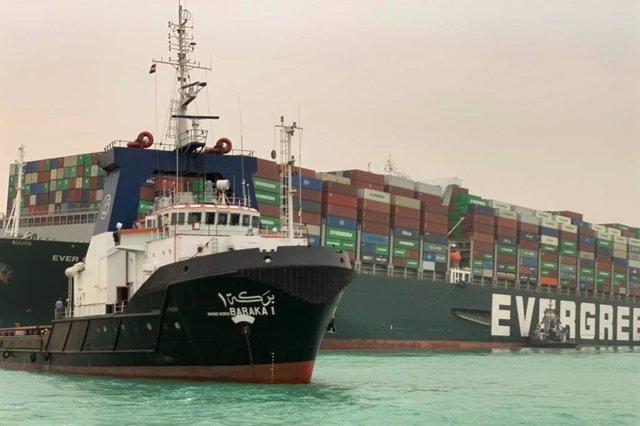 Un carguero encalla en el canal de Suez y bloque el tránsito en la zona