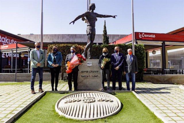 El presidente del FC Barcelona, Joan Laporta, lidera el homenaje del club a Johan Cruyff en el quinto aniversario de su muerte, bajo la estatua del holandés en el Camp Nou y con la presencia de su hija Susila Cruyff