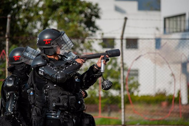 Archivo - 21 November 2020, Colombia, Bogota: Riot police clash with protesters who take part in a demonstration at The National University of Colombia against the social and economic policies of Colombian President Ivan Duque. Photo: Chepa Beltran/VW Pic