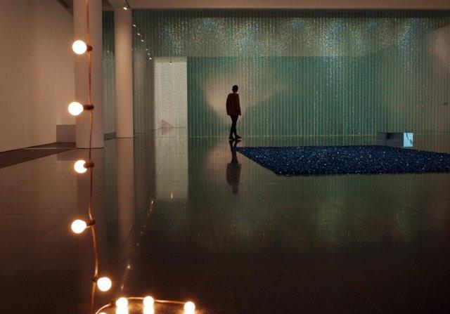 Visitant en una sala del Museu d'Art Contemporani de Barcelona (Macba) durant l'exposició 'Política de la relació', que proposa una lectura política de l'obra de l'artista conceptual Félix Gonzélez-Torres