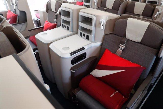 Archivo - Asientos del nuevo avión,  A350, de la aerolínea Iberia, bautizado como 'Juan Sebastián Elcano', en honor al marino español, presentado en las instalaciones de Iberia, próximas al aeropuerto Madrid-Barajas.