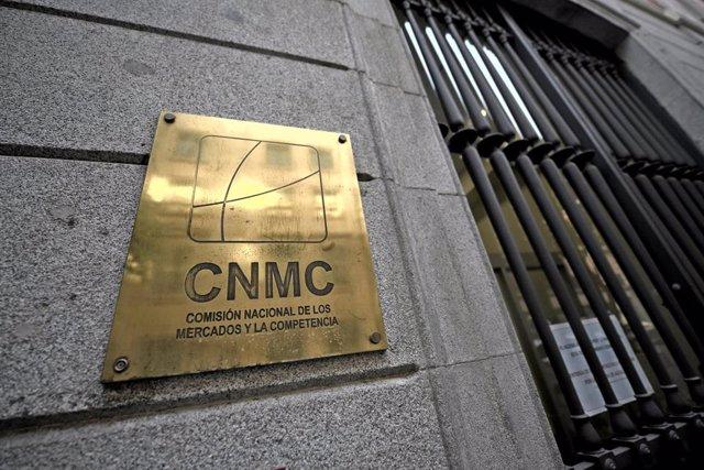 Archivo - Placa identificativa en el edificio de la CNMC, en Madrid