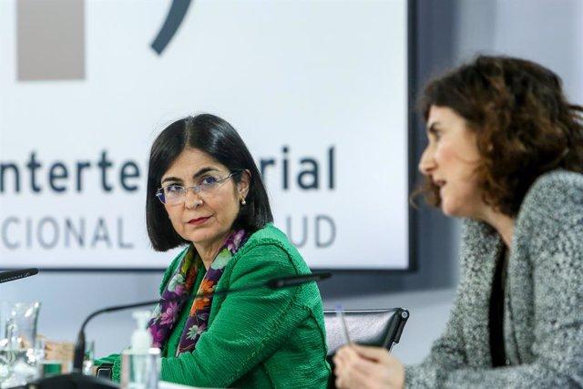La ministra de Sanitat, Carolina Darias (d), i la cap del Centre de Coordinació d'Alertes i Emergències Sanitàries, María José Sierra, durant una roda de premsa després de la reunió del Consell Interterritorial del Sistema Nacional de Salut.