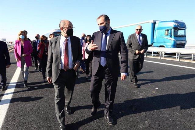 El ministro de Transportes, José Luis Ábalos, y el presidente del Gobierno de Aragón, Javier Lambán, han inaugurado el tramo.