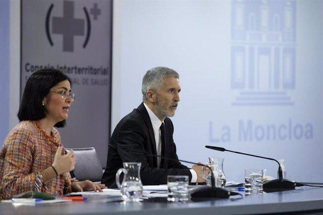 La ministra de Sanidad, Carolina Darias (i), y el ministro del Interior, Fernando Grande-Marlaska (d), durante una rueda de prensa tras la reunión del Consejo Interterritorial del Sistema Nacional de Salud, en Madrid (España), a 24 de marzo de 2021. El Go