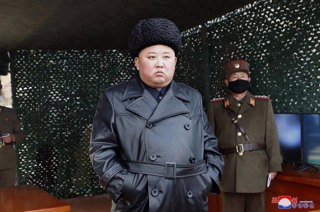 Archivo - Kim Jong Un presenciando un ejercicio militar en Corea del Norte