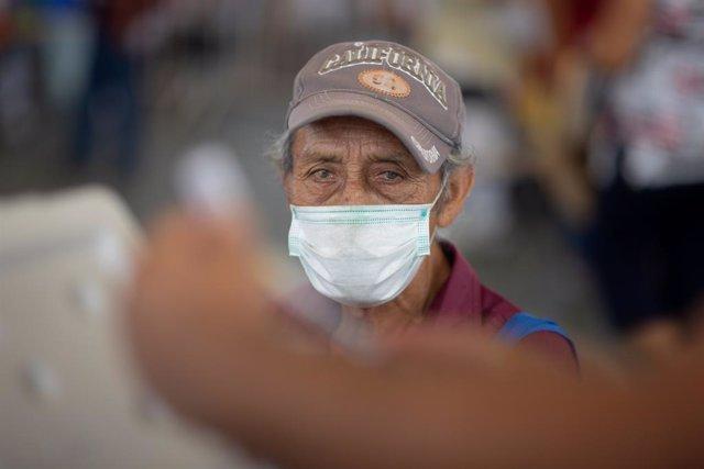Un hombre espera para ser vacunado con el inmunizador de CoronaVac en Acapulco.