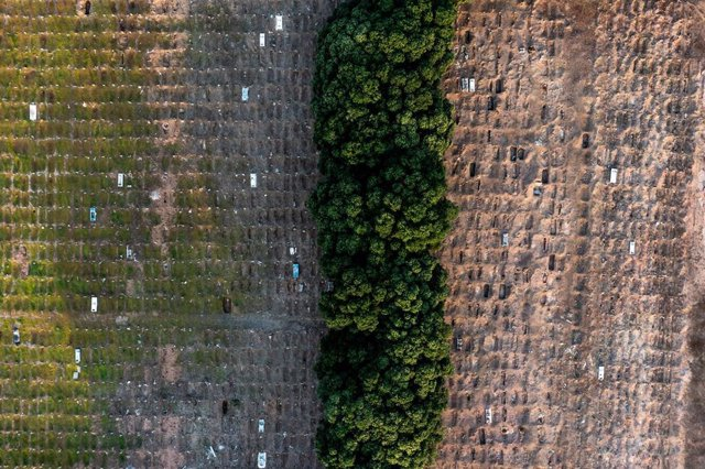Vista aérea e un cementerio en Río de Janeiro, Brasil.