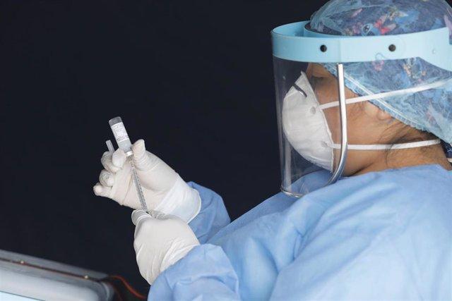 Archivo - Una trabajadora sanitaria de Perú en plena pandemia del coronavirus.