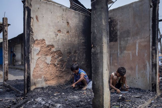 24 March 2021, Bangladesh, Cox's Bazar: Rohingya children search belonging amid the charred remains after a massive fire broke out two days ago at Balukhali refugee camp in Cox's Bazar. Photo: Km Asad/ZUMA Wire/dpa