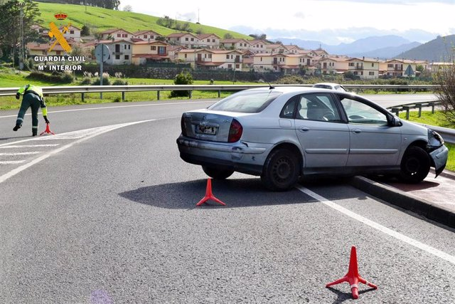 Archivo - Intervención de los agentes de Tráfico en un accidente