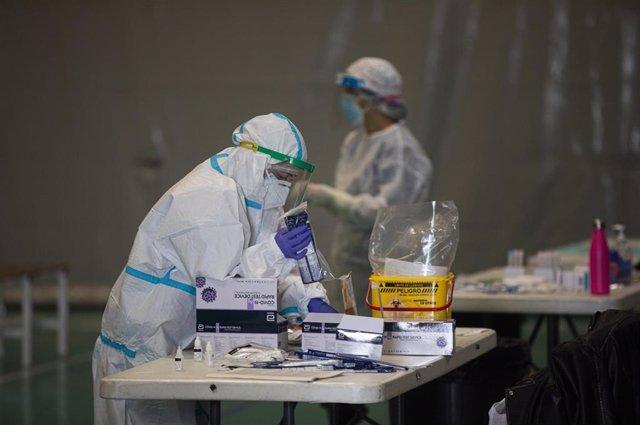 Archivo - Sanitarios trabajando durante las pruebas de cribado de covid-19 con test de antígenos, foto de archivo