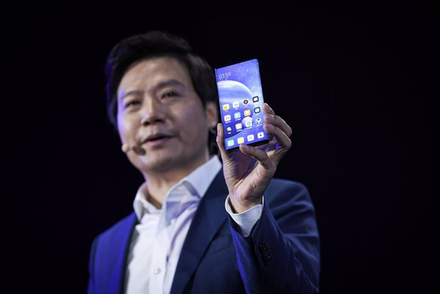 Archivo - 24 September 2019, China, Peking: Lei Jun, Chairman and CEO of Xiaomi Technology and Chairman of Kingsoft Corp. holds a cellular phone during a introduction conference to announce the new 5G concept smartphone Mi MIX Alpha. Photo: Niu Bo/Imagine