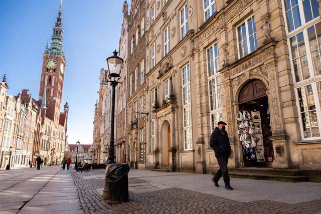 Un hombre con mascarilla en Gdansk