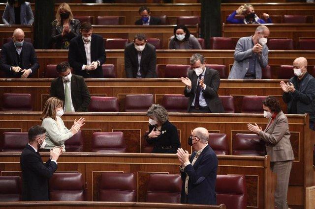 Miembros del hemiciclo aplauden a la diputada y secretaria ejecutiva de Sanidad y Consumo del PSOE, María Luisa Carcedo (c), tras su intervención durante una sesión plenaria en el Congreso de los Diputados, Madrid, (España), a 18 de marzo de 2021. El plen