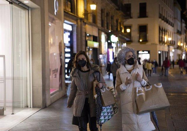 Ciudadanos de compras por el centro de Sevilla