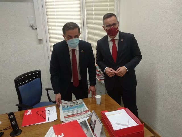 El nou alcalde de Múrcia, José Antonio Serrano (e), al costat del secretari general del PS-RM, Diego Conesa.