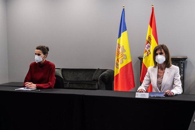 La Reina Leticia (i) junto a la Ministra de Educación de Andorra, Ester Vilarrubia (d), durante un encuentro sobre el modelo de inclusión de los alumnos con discapacidad en los tres sistemas educativos, en el hotel Andorra Park, en Andorra La Vella (Andor