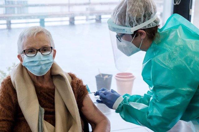 Archivo - Una sanitaria vacuna en una residencia de Ibiza.