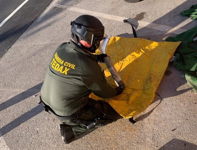 Un agent de la Guàrdia Civil amb l'artefacte.