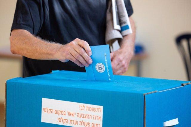 Un hombre vota en las legislativas de Israel.
