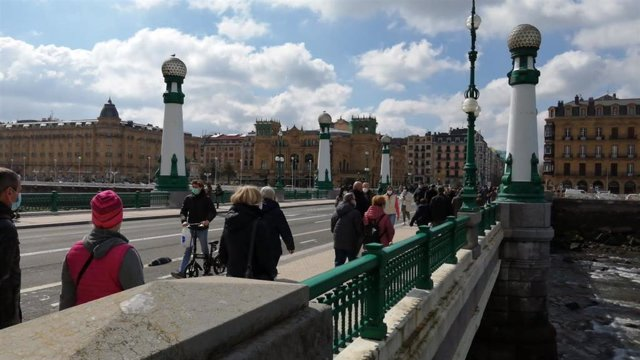 Personas pasean por San Sebastián