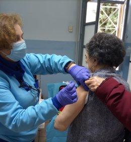 Archivo - Una mujer recibe la vacuna de la covid-19.