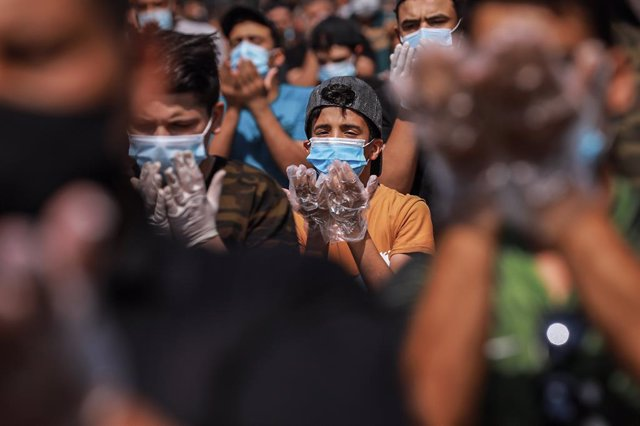Archivo - 25 September 2020, Iraq, Sadr City: Muslims wear protective face mask and gloves as they perform the Friday prayers after months of suspension due to spread of the coronavirus (COVID-19) pandemic. Photo: Ameer Al Mohammedaw/dpa