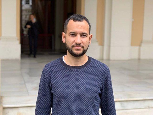 Daniel González Rojas, portavoz adjunto de Adelante, a las puertas del Ayuntamiento