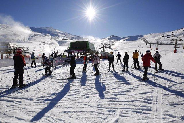 Archivo - Esquiadores  con mascarillas en la estación de esquí de Sierra Nevada que ha inaugurado esta mañana  la temporada invernal con un aforo limitado a los 6.000 esquiadores, en cumplimiento de las recomendaciones de las autoridades sanitarias por la