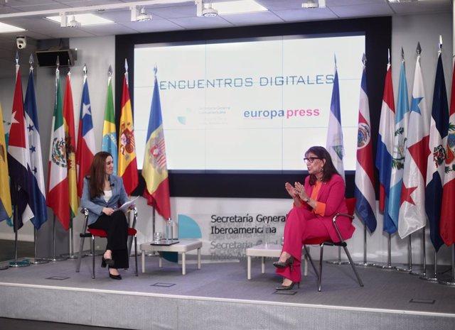 La secretaria general iberoamericana, Rebeca Grynspan (d), acompañada de la directora de Desarrollo de Negocio de Europa Press, Candelas Martín de Cabiedes (i), interviene durante un encuentro digital de Europa Press, en la sede de la Secretaría General I
