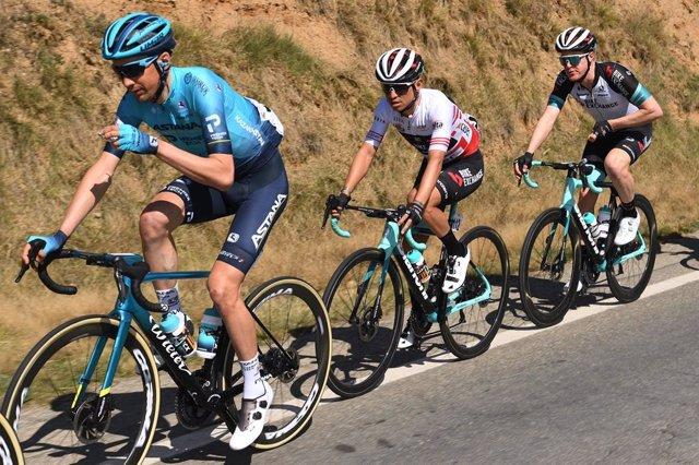 El ciclista colombià Esteban Chaves (Team BikeExchange), al centre, guanyador de la quarta etapa de la Volta Ciclista a Catalunya 2021.