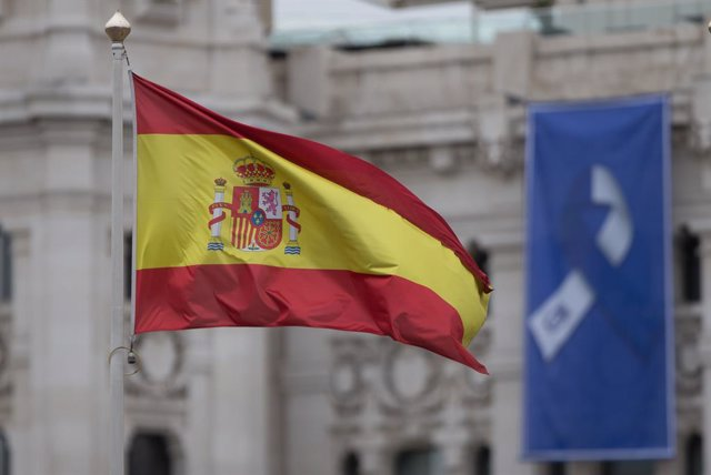 Archivo - Bandera de España en la Fuente de Cibeles y bandera con el lazo que simboliza la lucha unida del pueblo de Madrid en la fachada del Ayuntamiento de Madrid durante el primer día del luto oficial por los fallecidos del COVID-19 decretado por la pr