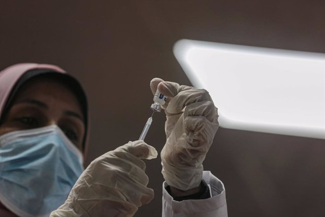 Archivo - 22 February 2021, Palestinian Territories, Gaza City: A Palestinian medic fills up a syringe from a vial of the Sputnik V COVID-19 vaccine, during a vaccination campaign. On Sunday, Mohammad Dahlan, the rival of Palestinian Authority President M
