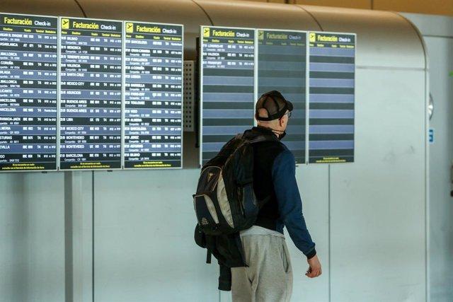 Un hombre camina con una mochila en la terminal T4 del Aeropuerto Adolfo Suárez Madrid-Barajas, en Madrid (España), a 15 de marzo de 2021. El Gobierno ha prorrogado hasta el próximo 30 de marzo la limitación de los vuelos directos y buques de pasaje entre