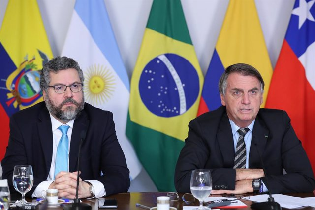 HANDOUT - 16 March 2021, Brazil, Brasilia: Jair Bolsonaro (R), Brazil's president, and Ernesto Araujo, Brazil's Foreign Minister, participate in a videoconference during the 6th extraordinary meeting of the Forum for the Progress and Development of South