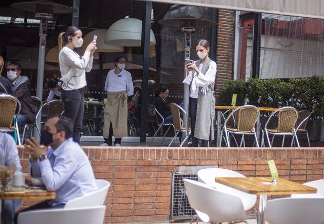 Archivo - Un grupo de personas en una cafetería de Bogotá, pocos días después de que las autoridades aprobaran la reapertura económica, tras cinco meses de confinamiento.