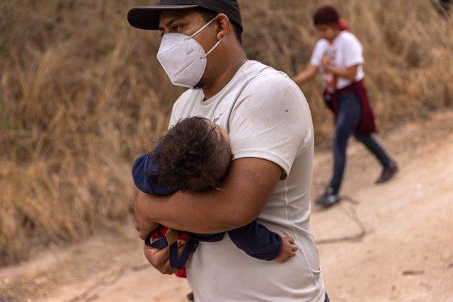 Solicitantes de asilo de Honduras caminan hacia un puesto de control de la Patrulla Fronteriza de los Estados Unidos después de cruzar el Río Grande desde México.