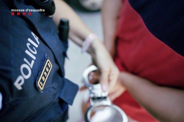 Archivo - Una detenció dels Mososs d'Esquadra (Arxiu)