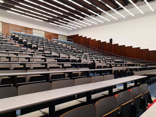 Archivo - Un aula del examen del MIR en la Facultad de Física de la UB