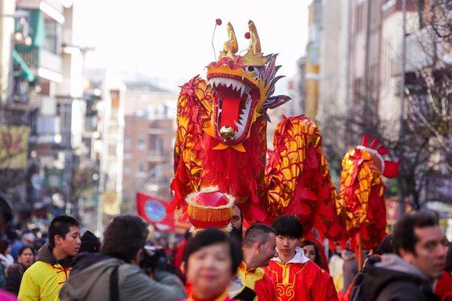 Archivo - Pasacalles multicultural en el barrio de Usera con motivo de la celebración del Año Nuevo Chino, en Madrid (España) a 26 de enero de 2020.