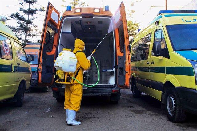 Archivo - Trabajos de desinfección en Alejandría (Egipto) durante la pandemia de coronavirus