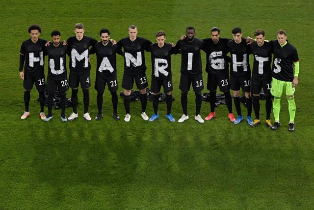 """25 March 2021, North Rhine-Westphalia, Duisburg: players of the German national team stand together and form the lettering """"Human Rights"""" prior to the start of the 2022 FIFA World Cup European Qualifiers Group J soccer match between Germany and Iceland at"""
