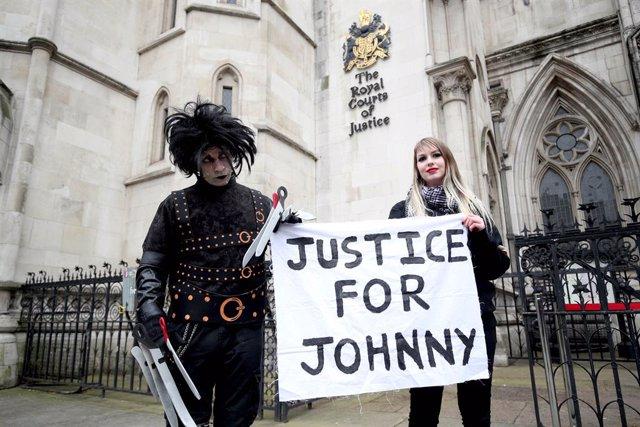 Fans de Johnny Depp protestan a la puerta de los juzgados