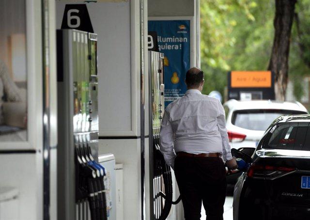 Archivo - Un hombre echa gasolina a su coche en una gasolinera