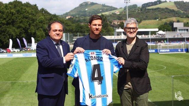 Archivo - Xabi Alonso junto al presidente de la Real Sociedad, Jokin Aperribay, y el director de fútbol, Roberto Olabe