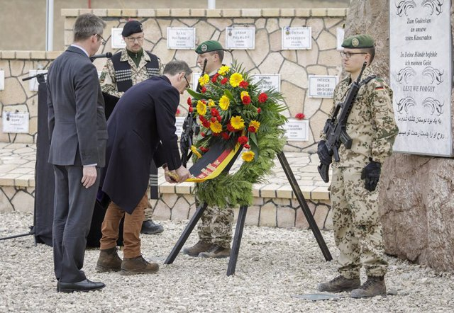 Archivo - HANDOUT - 11 March 2019, Afghanistan, Masar-i-Scharif: German Foreign Minister Heiko Maas (C) and Consul General of Germany in Masar-i-Scharif Karsten Diethelm Geier (L) lay wreaths during a commemorative ceremony in remembrance of fallen German