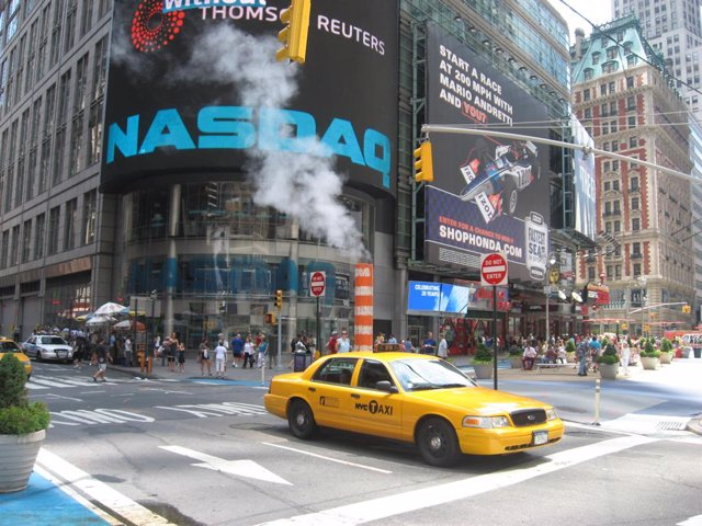 Archivo - Cartel del Nasdaq en Times Square, Nueva York