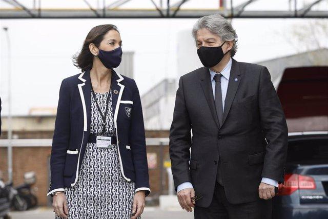 La ministra de Industria, Comercio y Turismo, Reyes Maroto, y el comisario europeo para el Mercado Interior, Thierry Breton, durante la visita a la fábrica de la farmacéutica catalana Reig Jofre