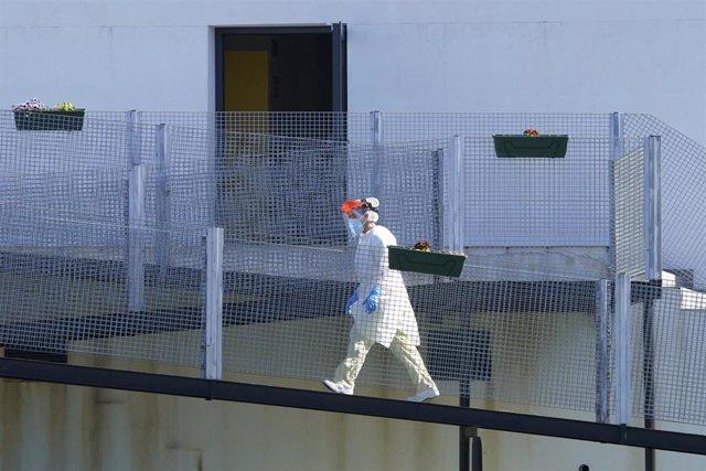 Una profesional sanitaria camina frente a la residencia de mayores Coviastec, en Silleda, Pontevedra, Galicia (España)